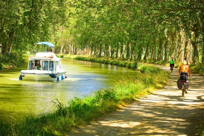 le Canal du Midi, bateaux et vélo ©C. Deschamps, ADT de l'Aude