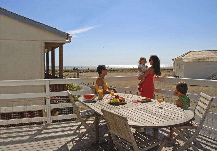 Petit déjeuner en famille aux chalets de Gruissan ©Office de Tourisme de Gruissan