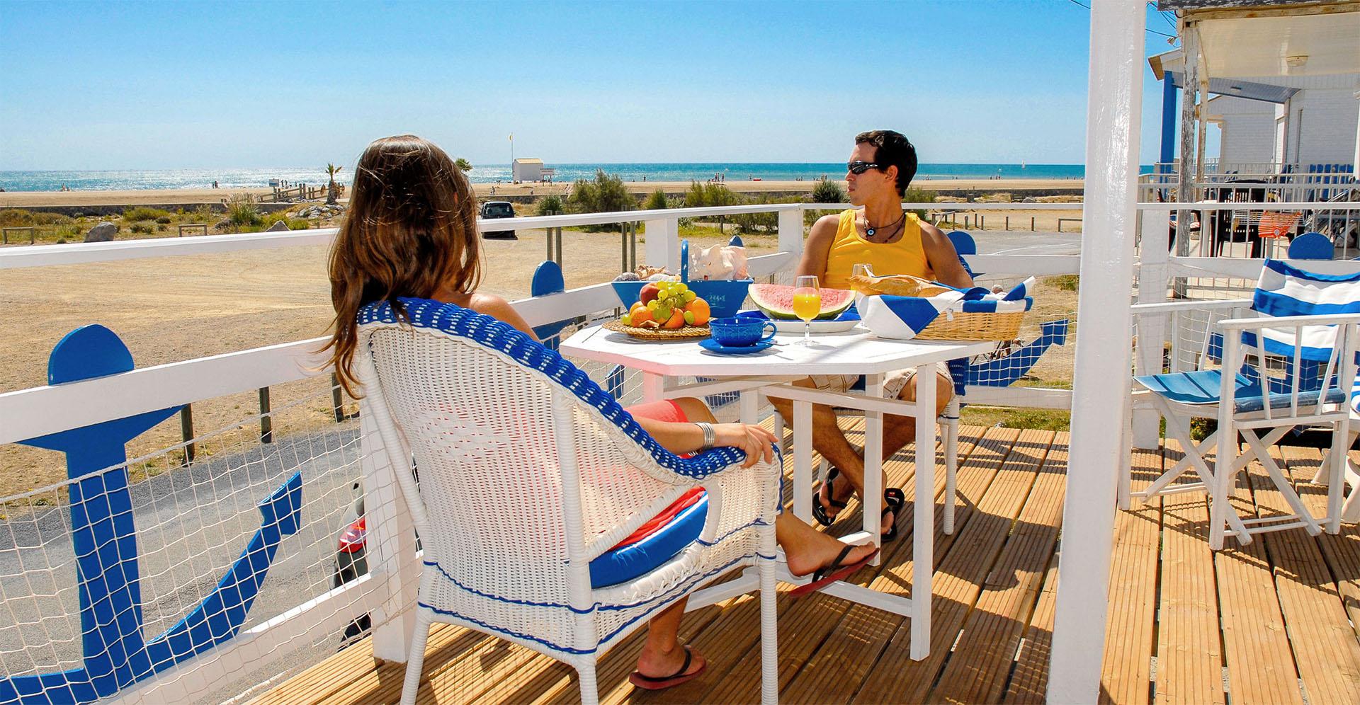 Petit déjeuner en terrasse aux chalets de Gruissan ©Office de Tourisme de Gruissan