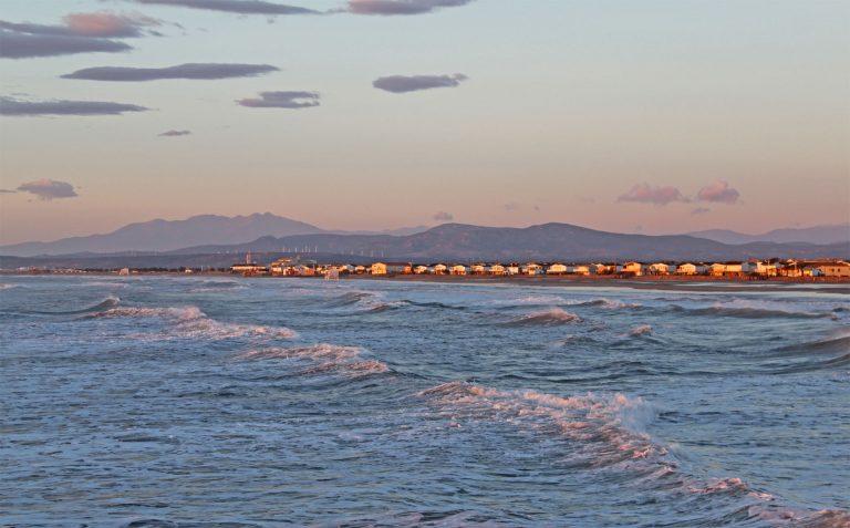 La plage de Gruissan et ses chalets ©Office de Tourisme de Gruissan