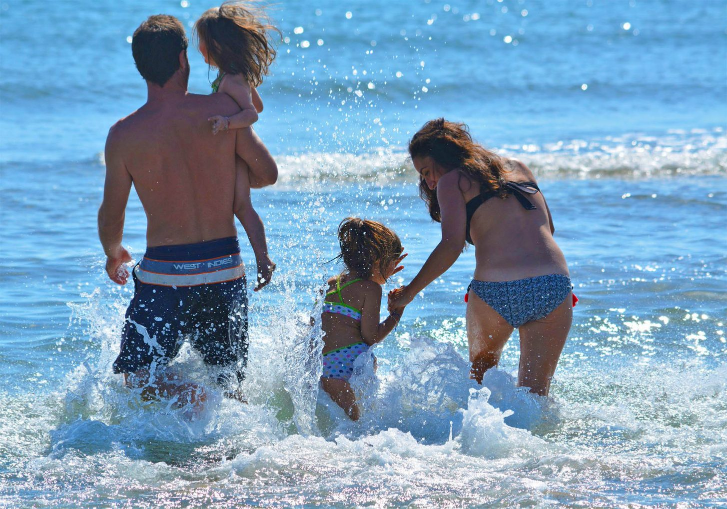 Baignade en famille à la plage de Gruissan ©Office de Tourisme de Gruissan