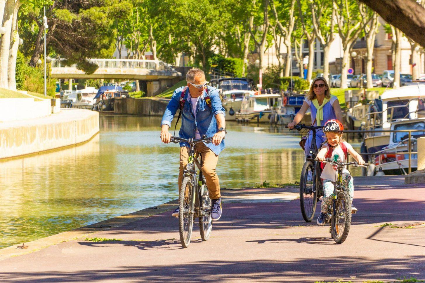 Balade à vélo le long du Canal de la Robine ©Céline Deschamps - ADT de l'Aude