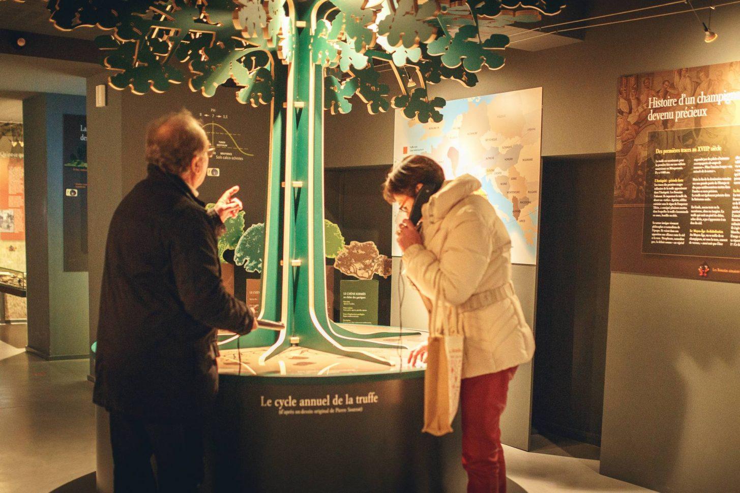 Explication de la culture de la truffe à la Maison de la truffe ©Vincent Photographie-ADT de l'Aude