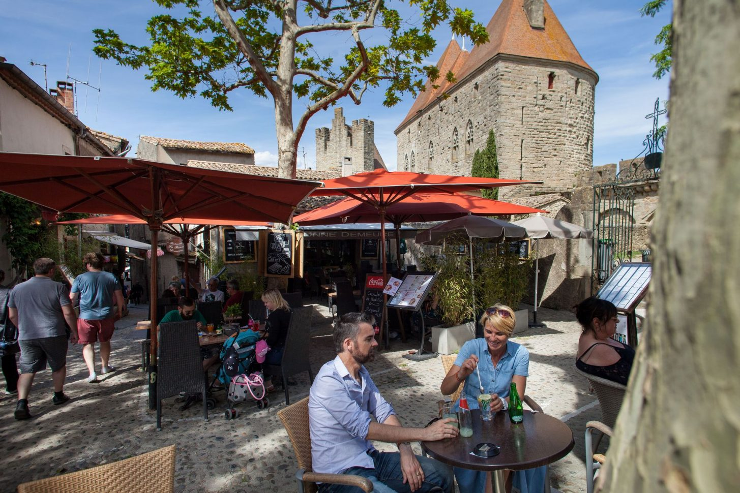 Café en terrasse sur la place Marcou ©Philippe Benoist - ADT de l'Aude