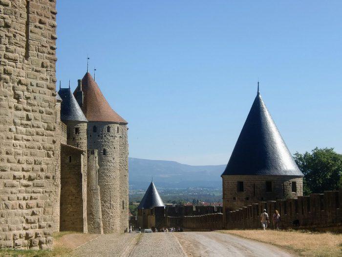 Balade dans la lice de la Cité de Carcassonne ©ADT de l'Aude