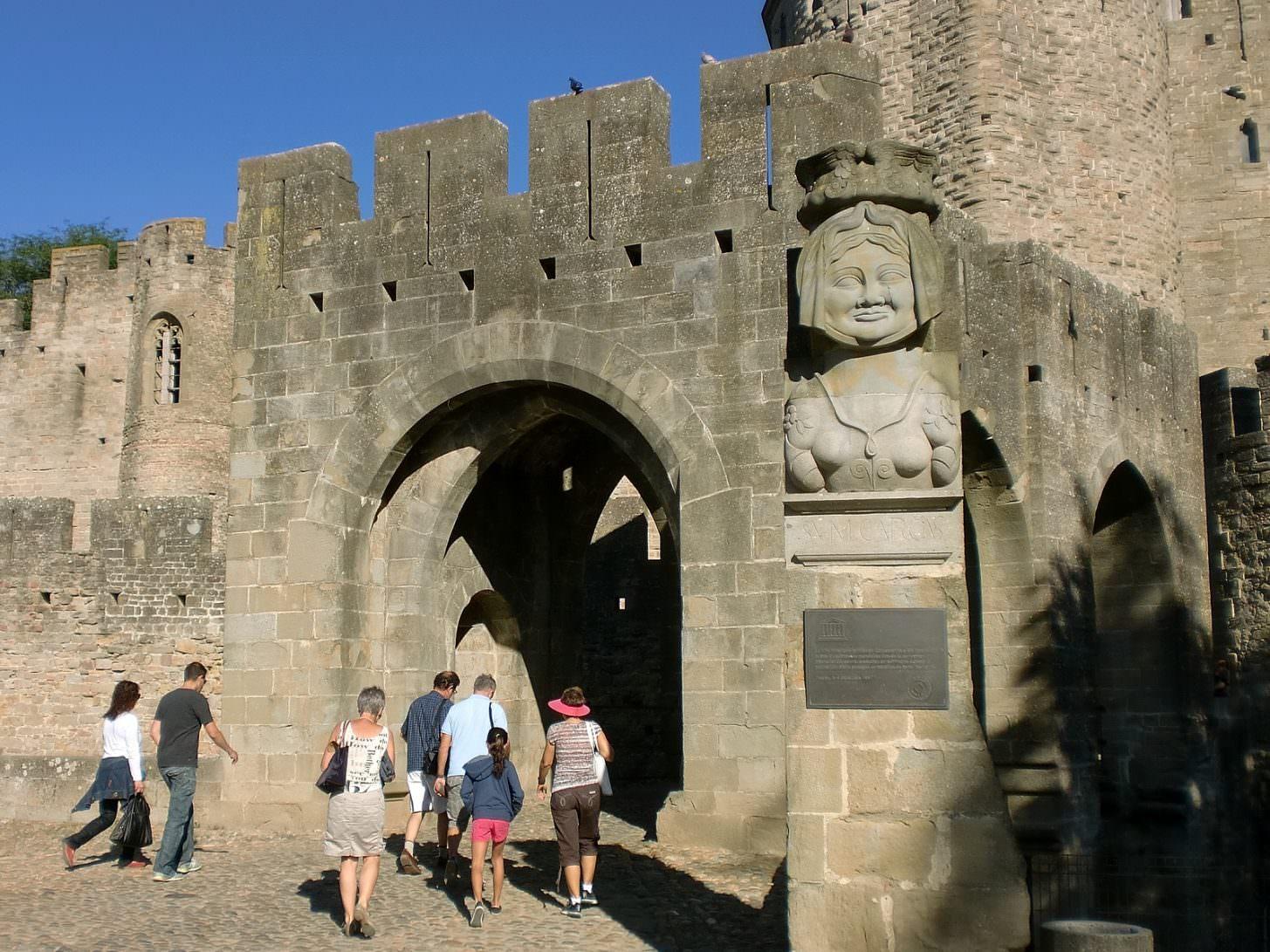 Visite de la Cité Carcassonne par la porte narbonnaise ©ADT de l'Aude