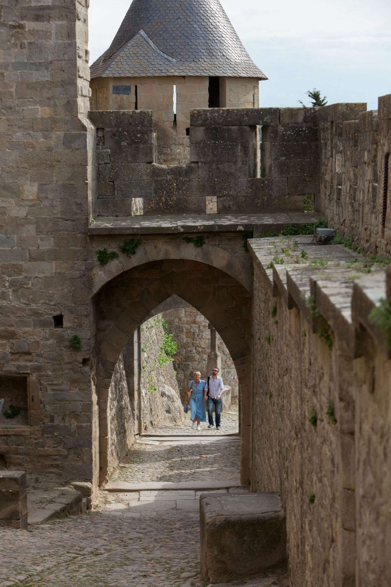 Visite de la Cité de Carcassonne en couple, porte d'Aude ©Philippe Benoist - ADT de l'Aude