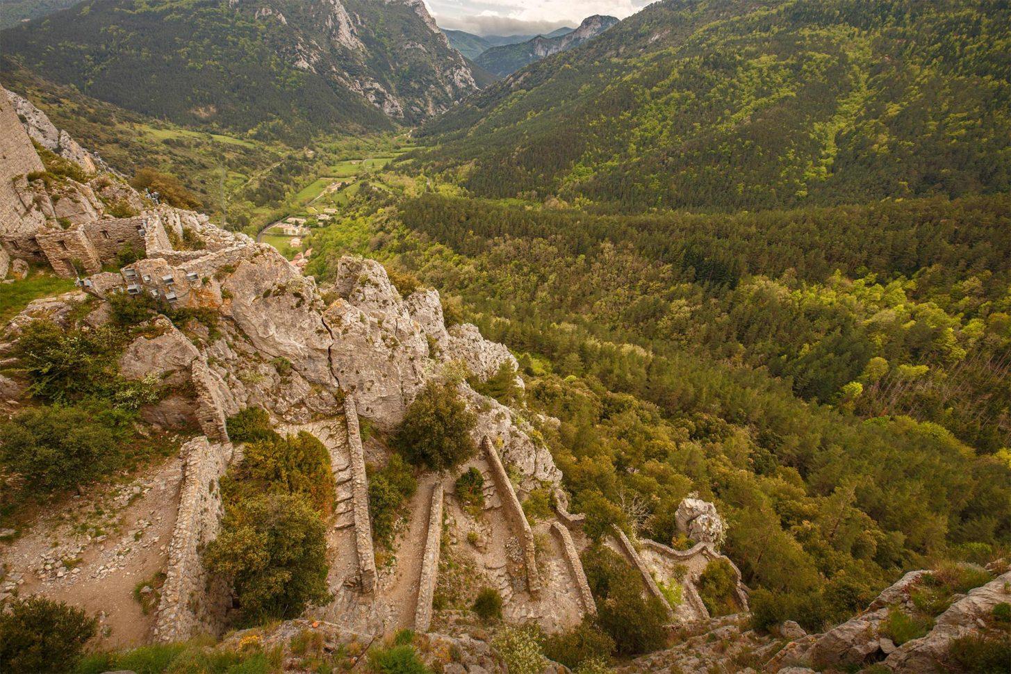 Chemin pédestre menant au château de Puilaurens ©Vincent Photographie