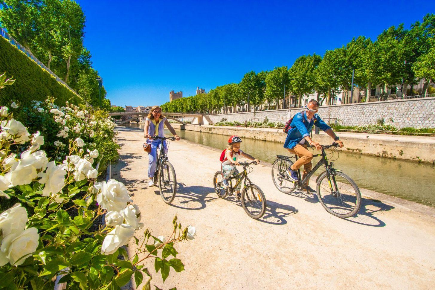 Le Canal de la robine à vélo en famille ©Céline Deschamps-ADT de l'Aude