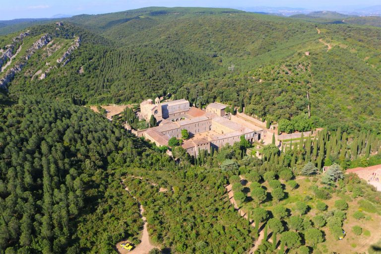 Narbonne, abbaye de fontfroide, vue panoramique, massif