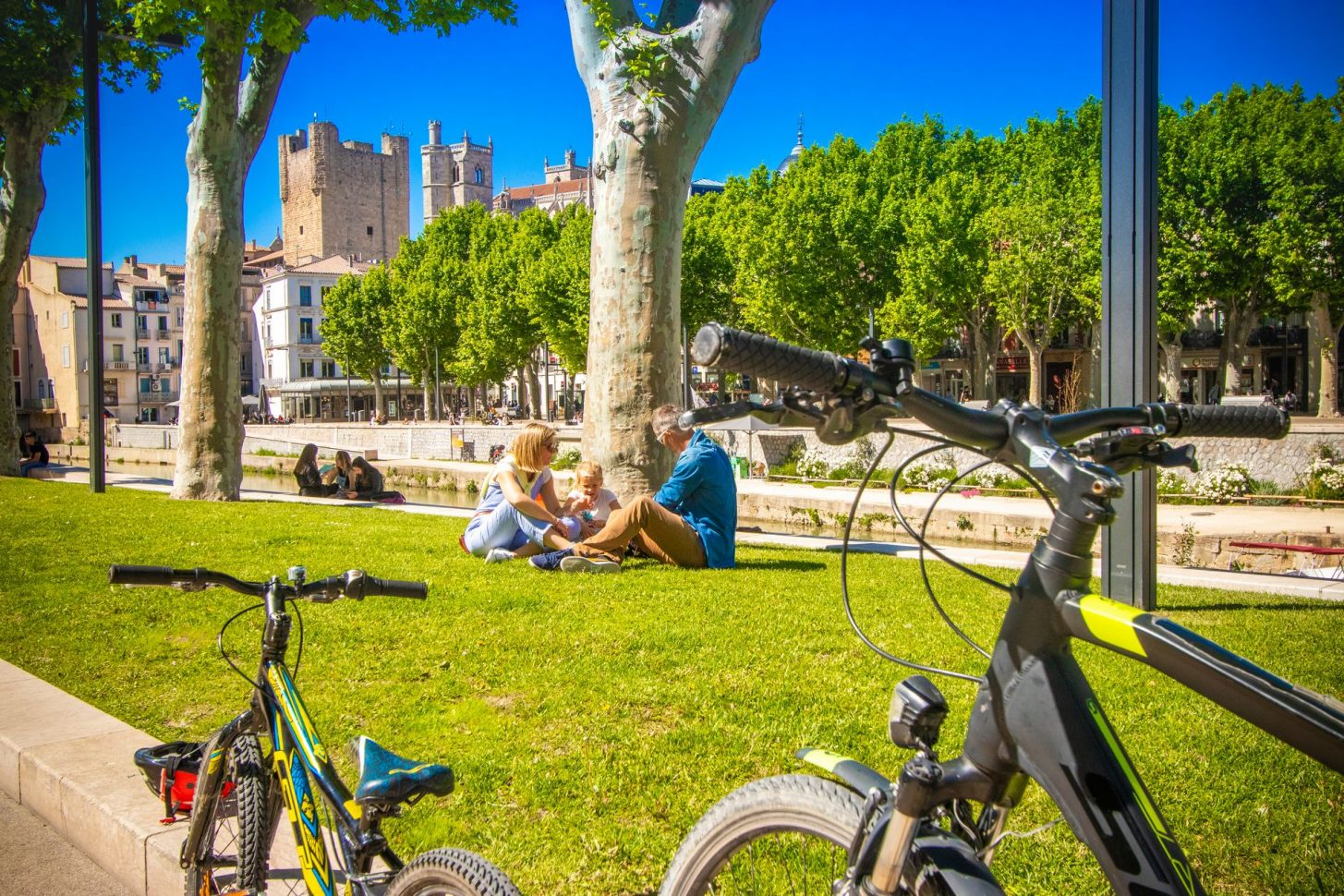 Pause en famille le long du Canal de la Robine à Narbonne© Céline Deschamps - ADT de l'Aude