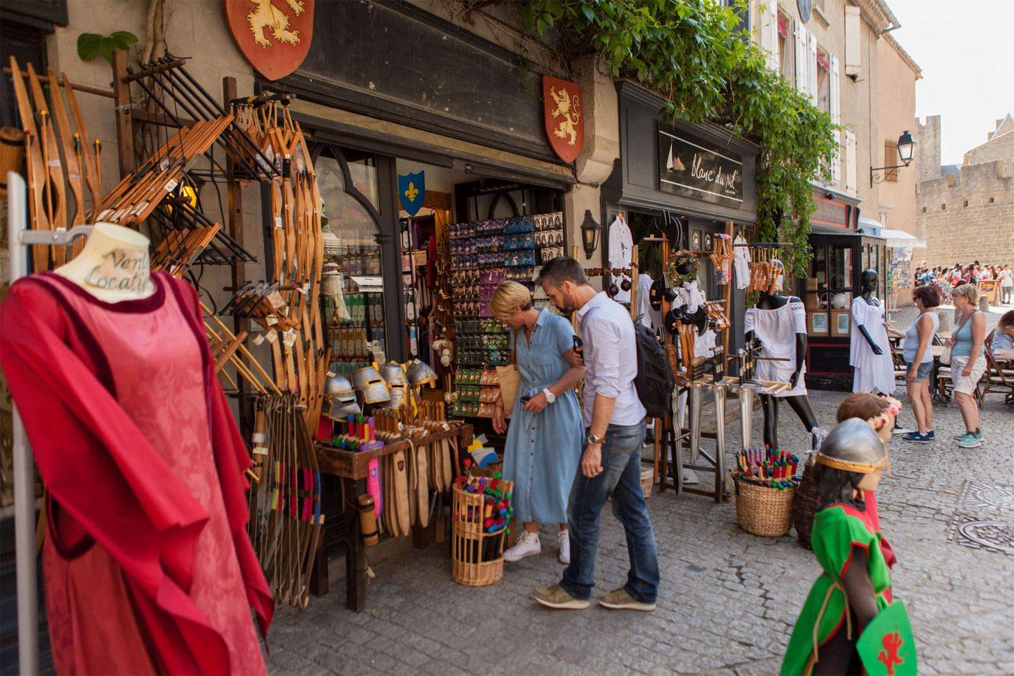 Achats de souvenirs à la Cité de Carcassonne ©ADT de l'Aude