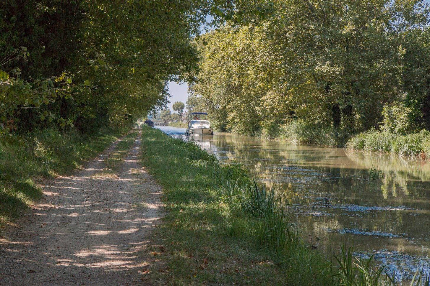 Au bord du Canal de la Robine à Narbonne © H.Blanquier-VTT Évasion