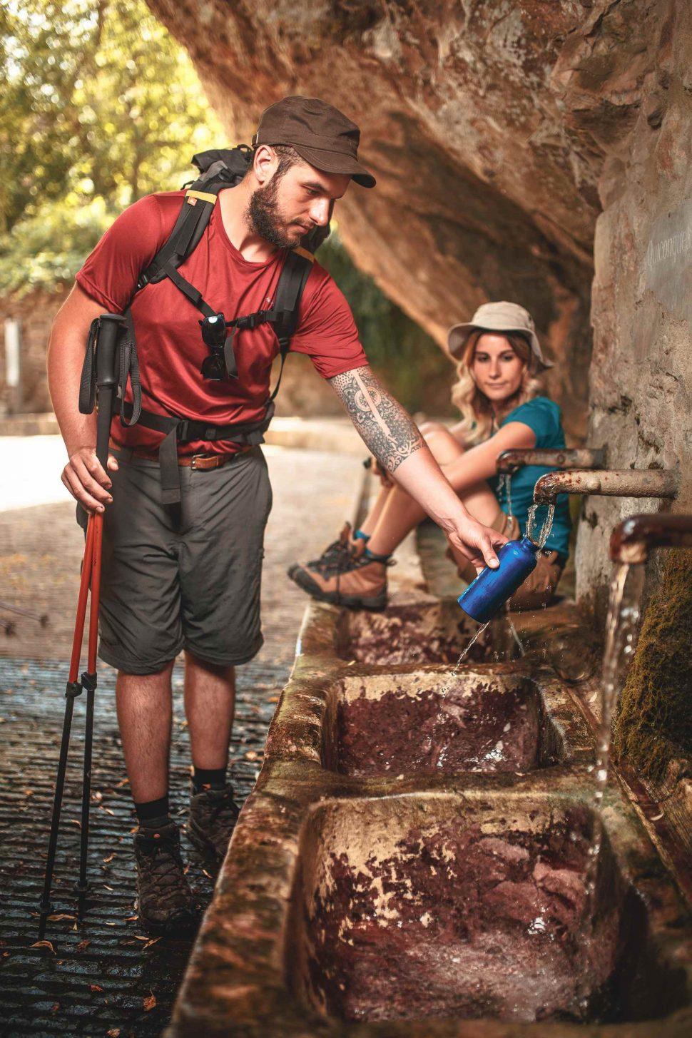 randonneurs à la fontaine de Duilhac sous Peyrepertuse