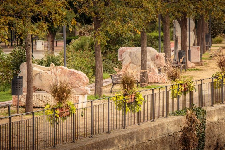 Caunes Minervois, statuts de mabre dans le village-cr-Vincent Photographie