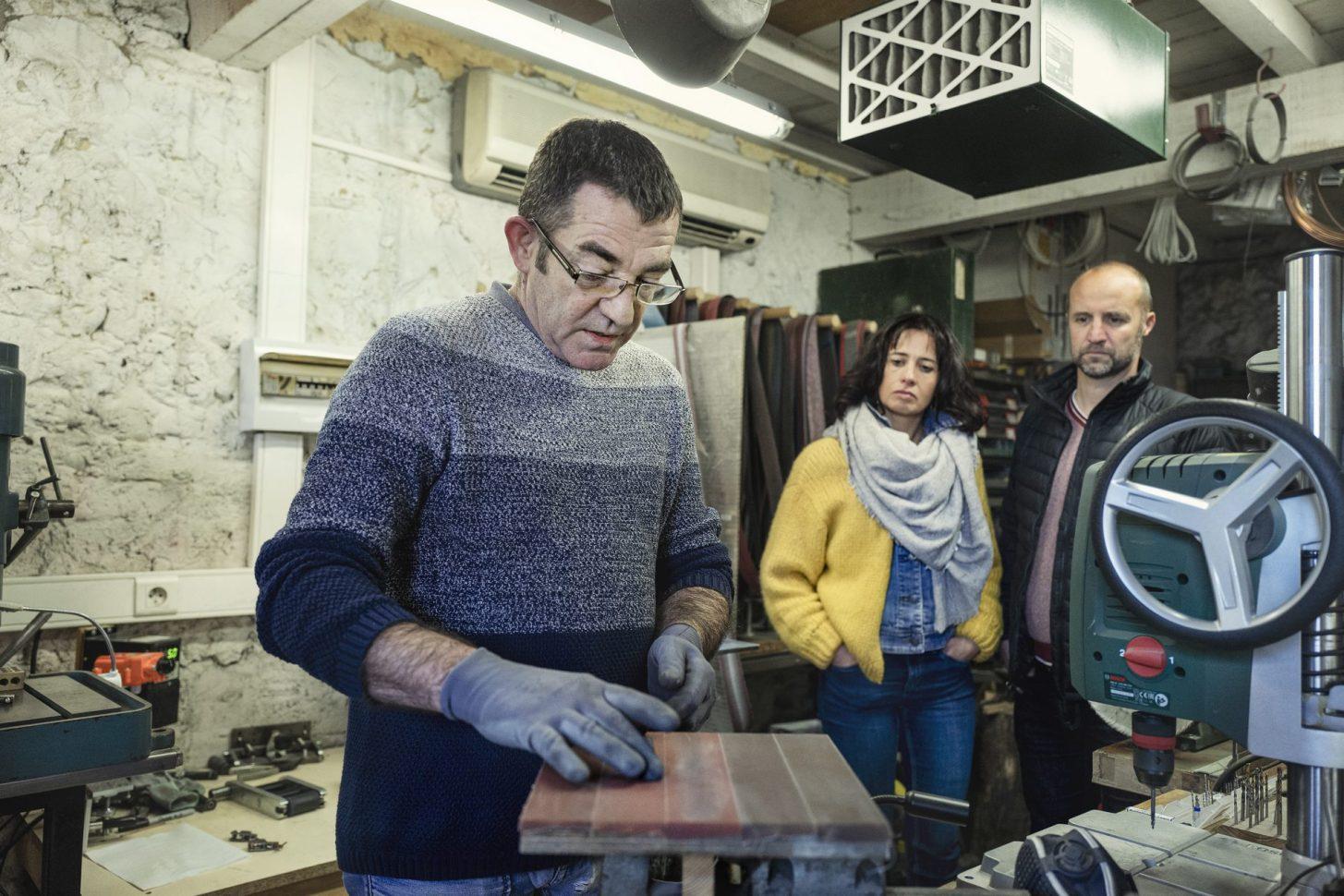 Philippe, Hérail, coutelier d'art à Molandier, en pleine création