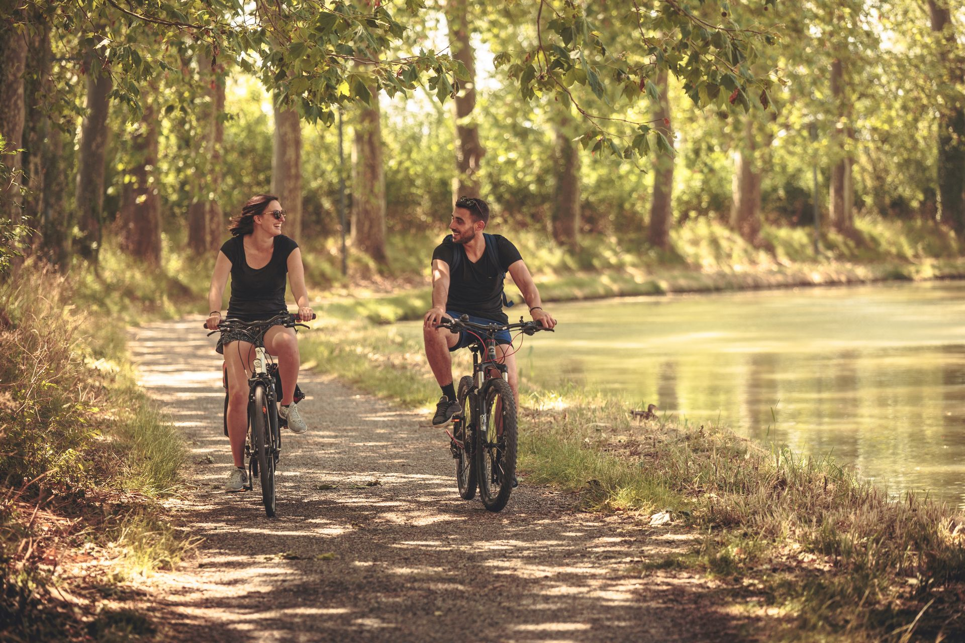 Couple en vélo le long du Canal du Midi © Vincent Photographie