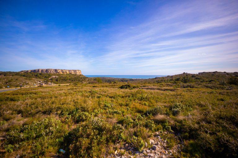 La Clape : garrigue et mer au loin ©Mairie de Narbonne