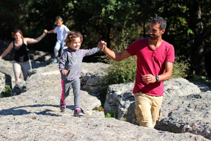 Balade en famille sur le sentier du labyrinthe vert de Nébias ©Sylvain Dossin-Office de Tourisme Pyrénées Audoises