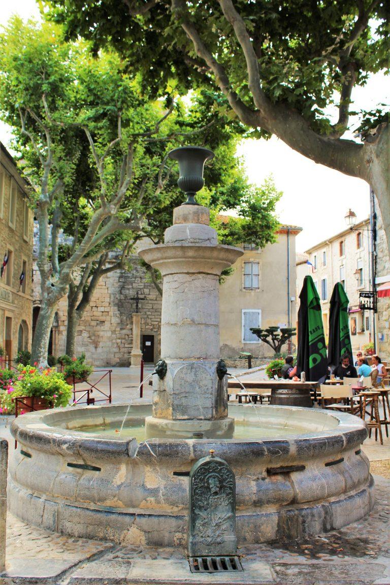 Fontaine sur la place du village de Peyriac de mer ©Benibeny - Pixabay
