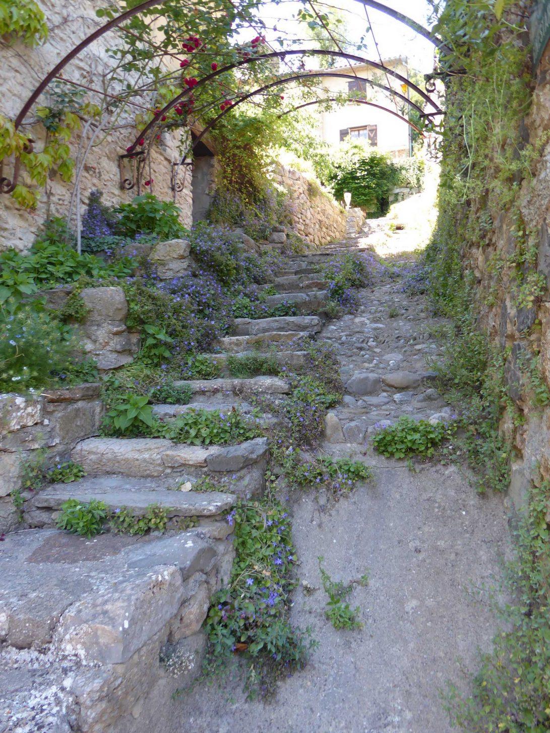 Ruelle pavée dans le village de Termes ©CAUE de l'Aude