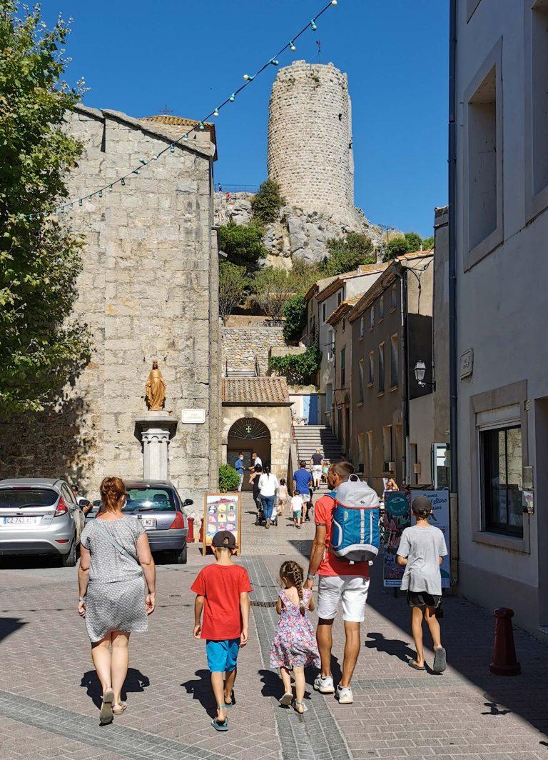 Balade en famille au village de Gruissan ©ADT Aude