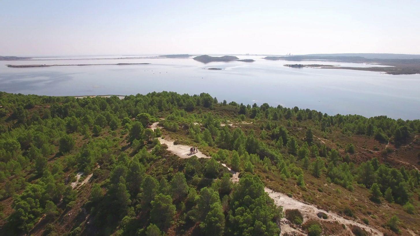 Balade à pied dans le Golf Antique à Bages ©Ailium - ADT de l'Aude