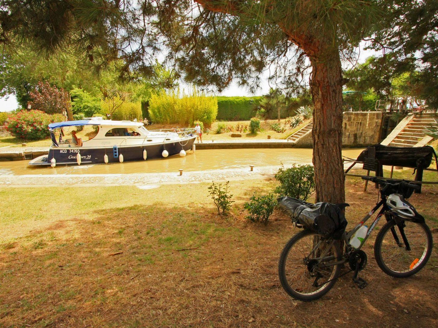 Le Canal du Midi, péniche et vélo © Céline Deschamps - ADT de l'Aude