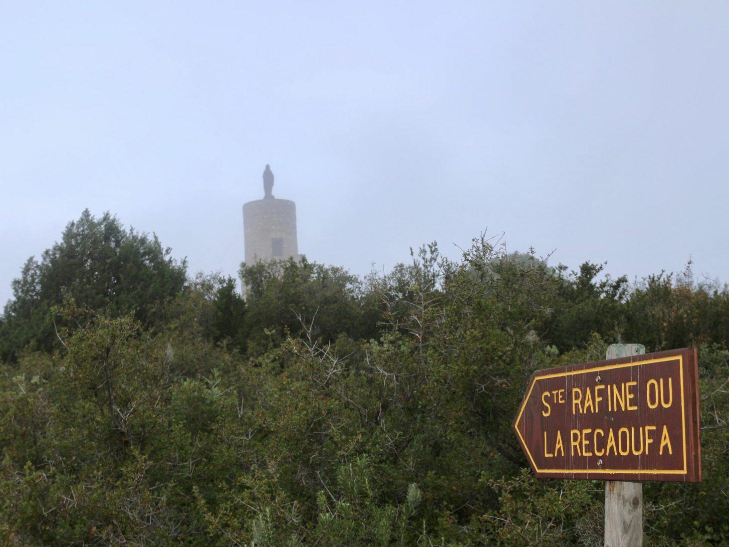 La vierge de la Récaoufa dans la brume sur le Sentier cathare © Gaelle Gueguen - Villemarcheurs
