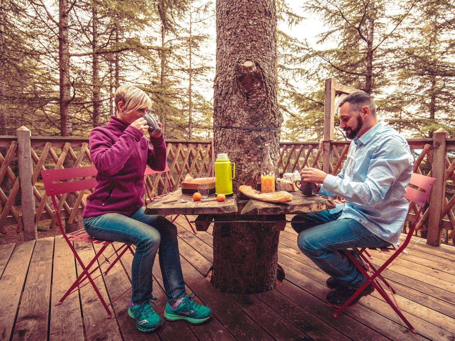 Cabane perchée, hébergement insolite en Montagne Noire, petit déjeuner ©Vincent Photographie, ADT de l'Aude