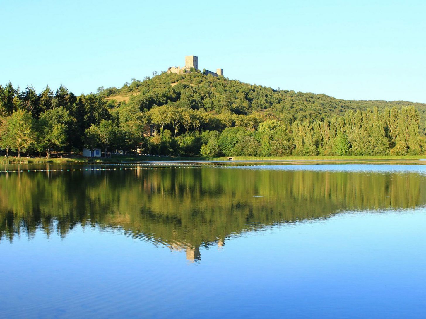 Le château de Puivert surplombe le lac©Sylvain Dossin, Office de Tourisme Pyrénées audoises