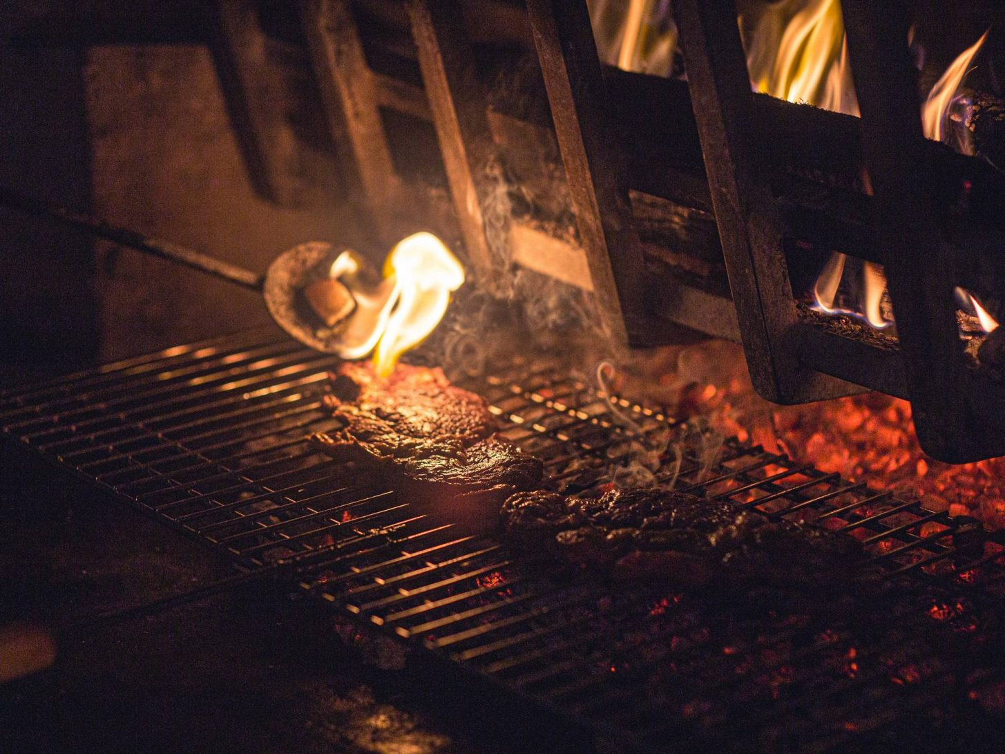Grillade au feu de bois ©Vincent Photographie, ADT de l'Aude