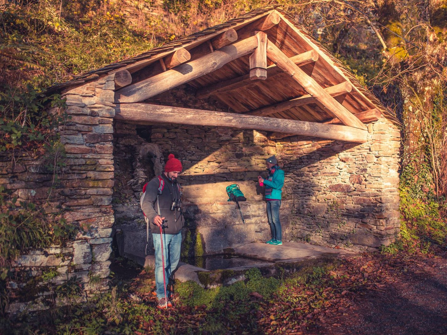 Remplir sa gourde dans un ancien lavoir de pierres ©Vincent Photographie, ADT de l'Aude