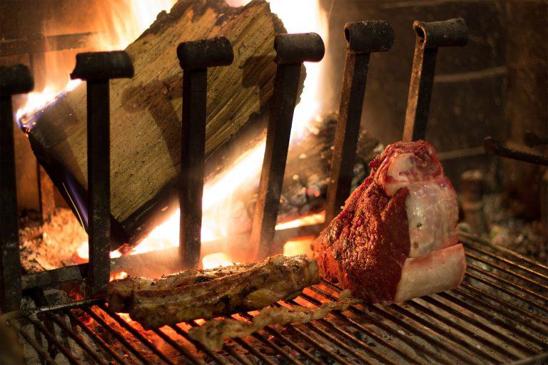 Cuisson de la viande au feu de bois dans un restaurant de l'Aude ©Smiling Pixell