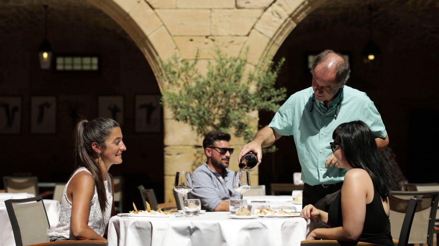 Entre amis dans un restaurants audois ©Raphaël Kann - ADT de l'Aude