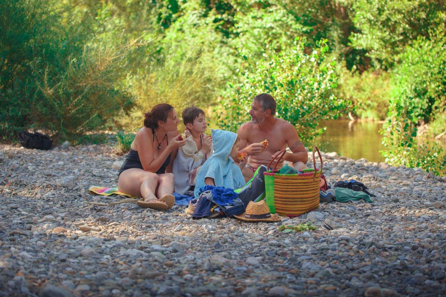 Pique nique en famille en bord de rivière© Vincent Photographie, ADT de l'Aude