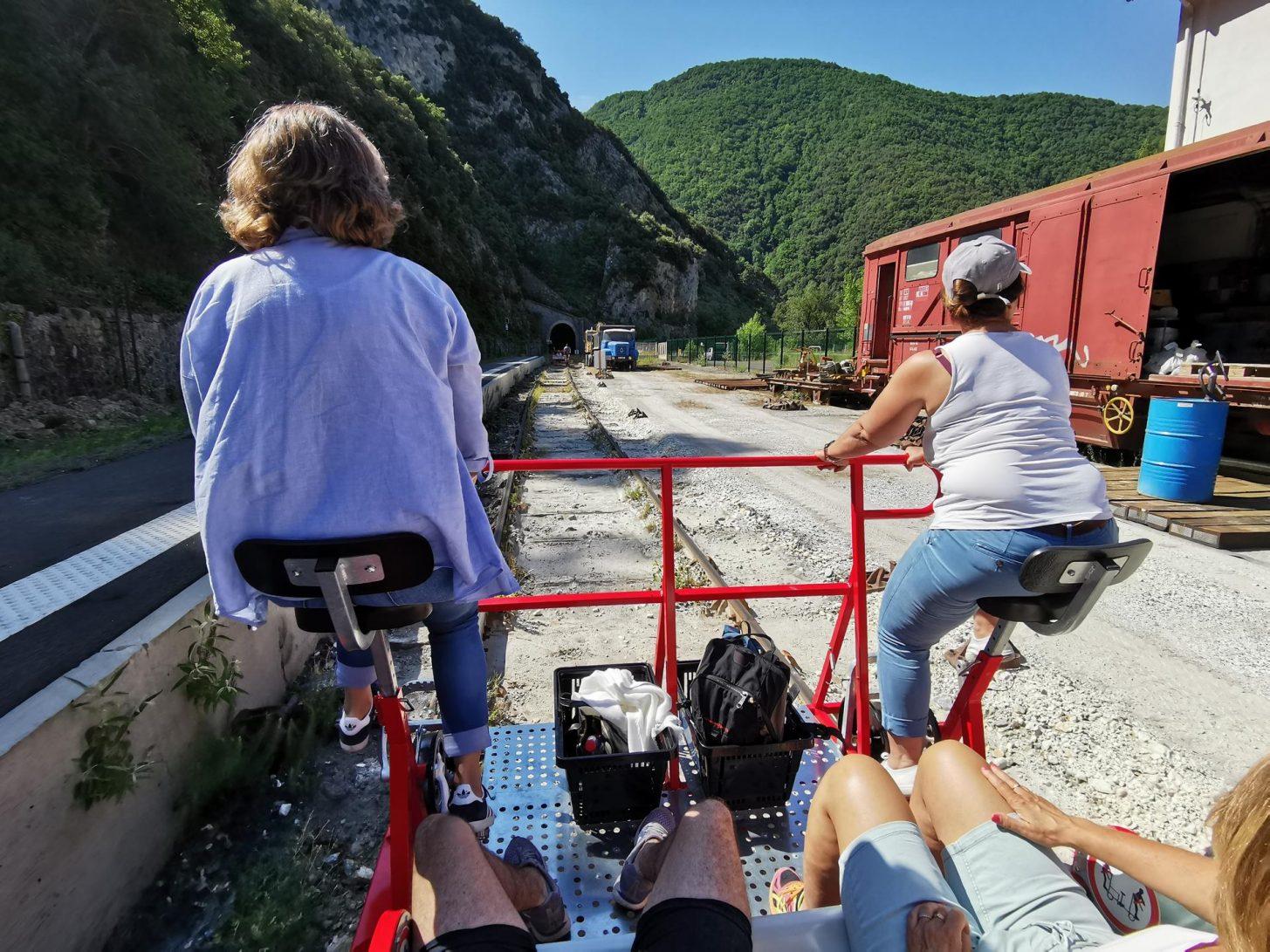 Le Vélorail du Train rouge à Axat © B. Larribere, ADT de l'Aude