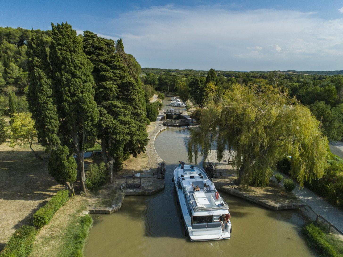 Navigation sur le canal du Midi, en Minernois, écluse © le Boat