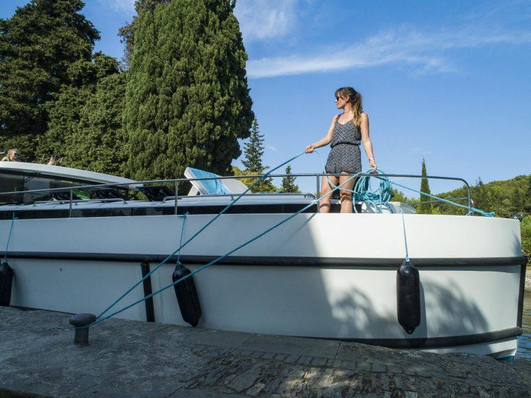 Navigation sur le canal du Midi, passage d'écluse © le Boat