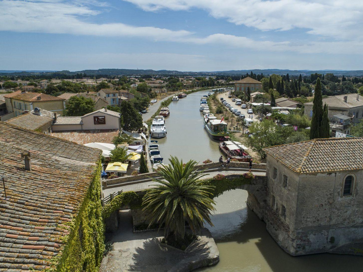Le hameau du Somail, halte emblématique du canal du Midi © Le Boat