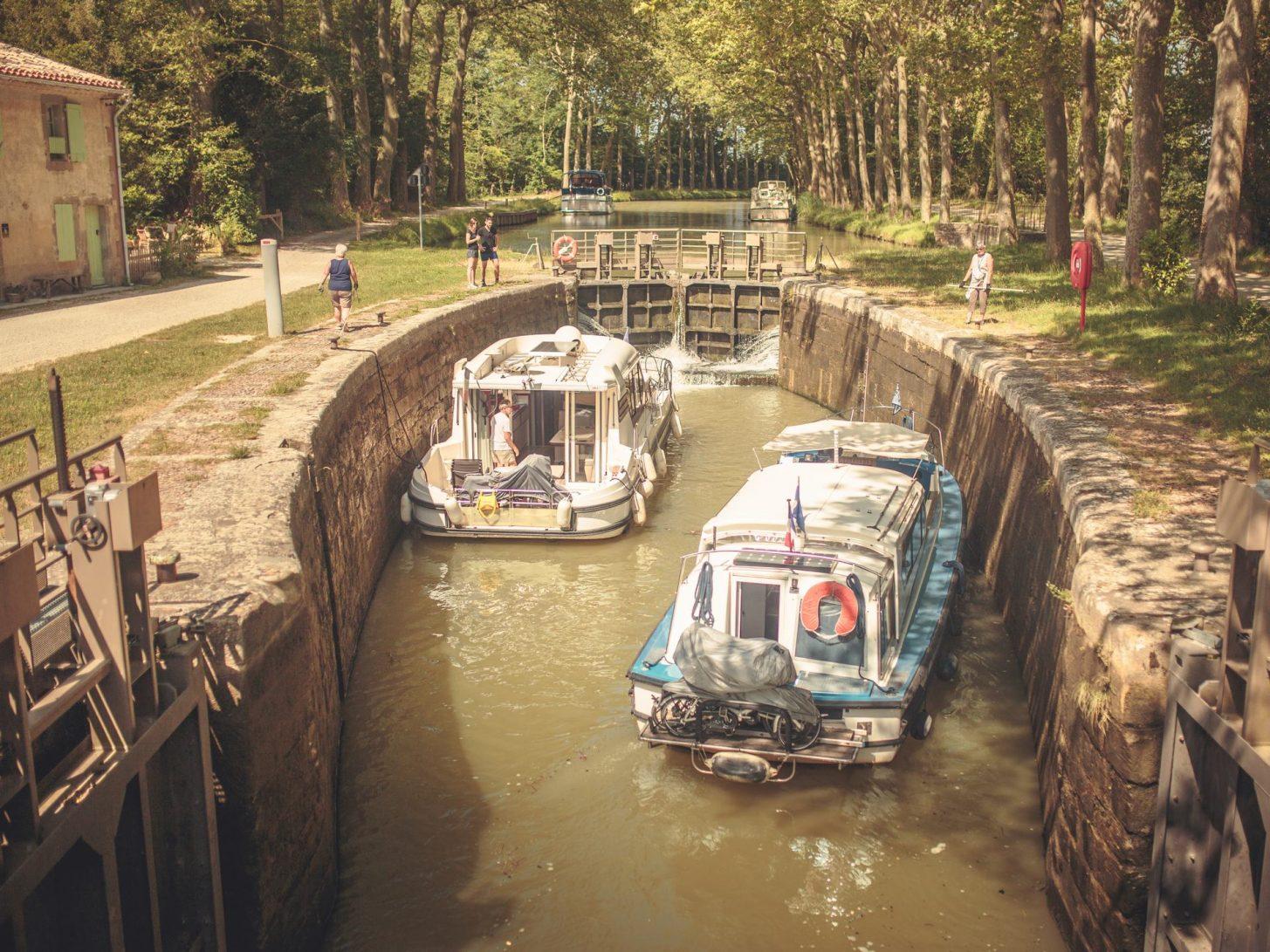 Passage d'écluse au Mas Saintes Puelles, sur le canal du Midi © Vincent Photographie, ADT de l'Aude