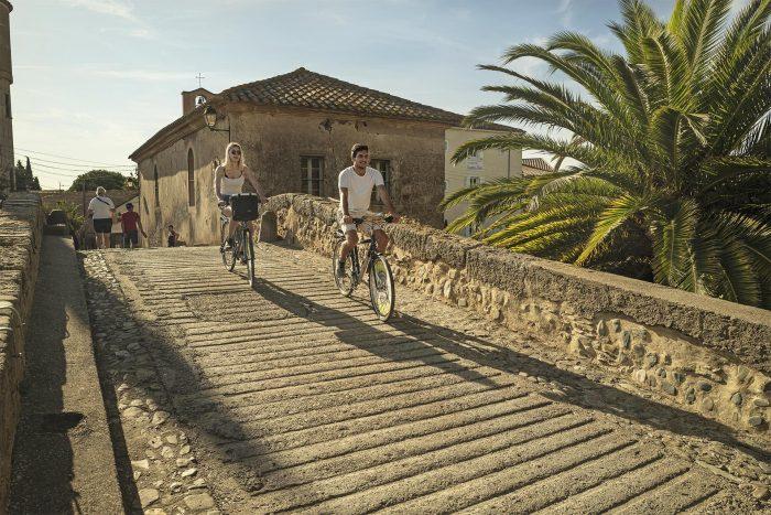 Balade à vélo le long du canal du Midi, escale au Somail ©Idriss Bigou-Gilles - ADT de l'Aude