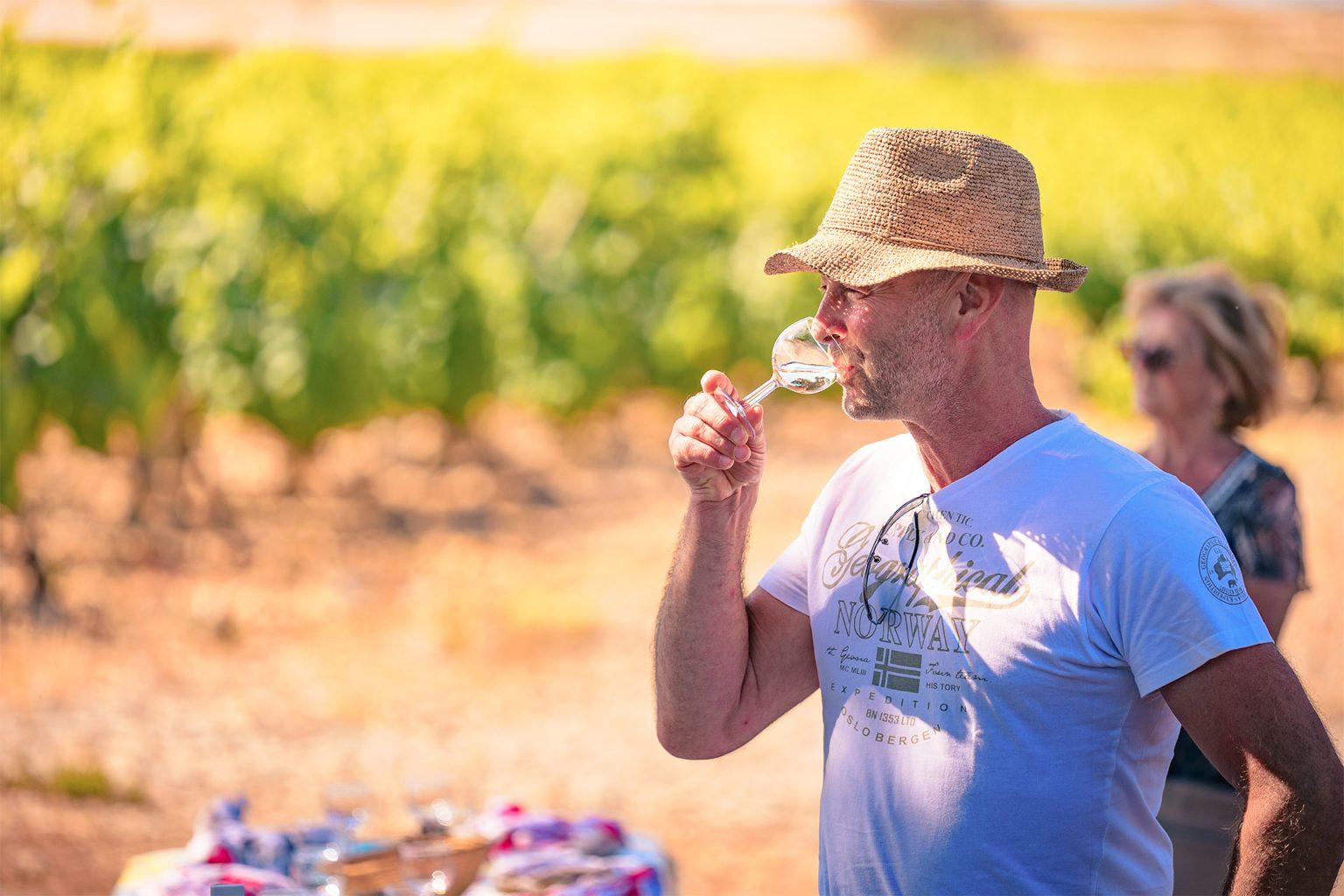 Dégustation de vin dans un vignoble de Gruissan ©Vincent Photographie - ADT de l'Aude