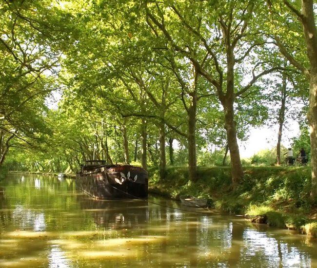 Péniche le long du Canal du Midi ©Ailium Production-ADT de l'Aude