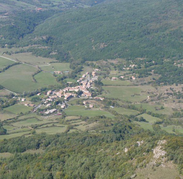 09-bugarach-2018-10-pech-village-paysage-cr-d-cosperec-villemarcheurs