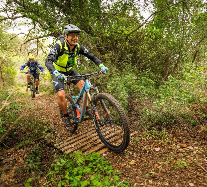 VTT sportif dans les bois entre amis © Vincent photographie - ADT de l'Aude