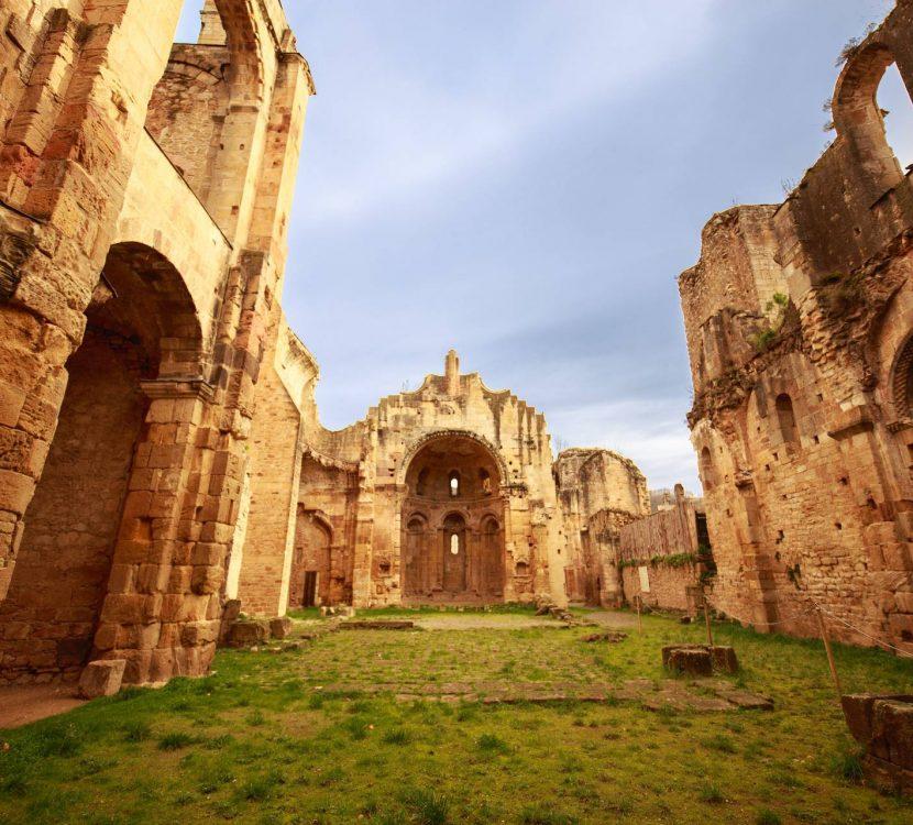 Balade dans les ruines de l'Abbaye d'Alet les Bains ©Vincent Photographie
