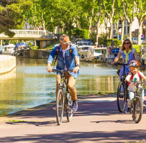 Balade en famille à vélo dans Narbonne ©Céline Deschamps-ADT de l'Aude