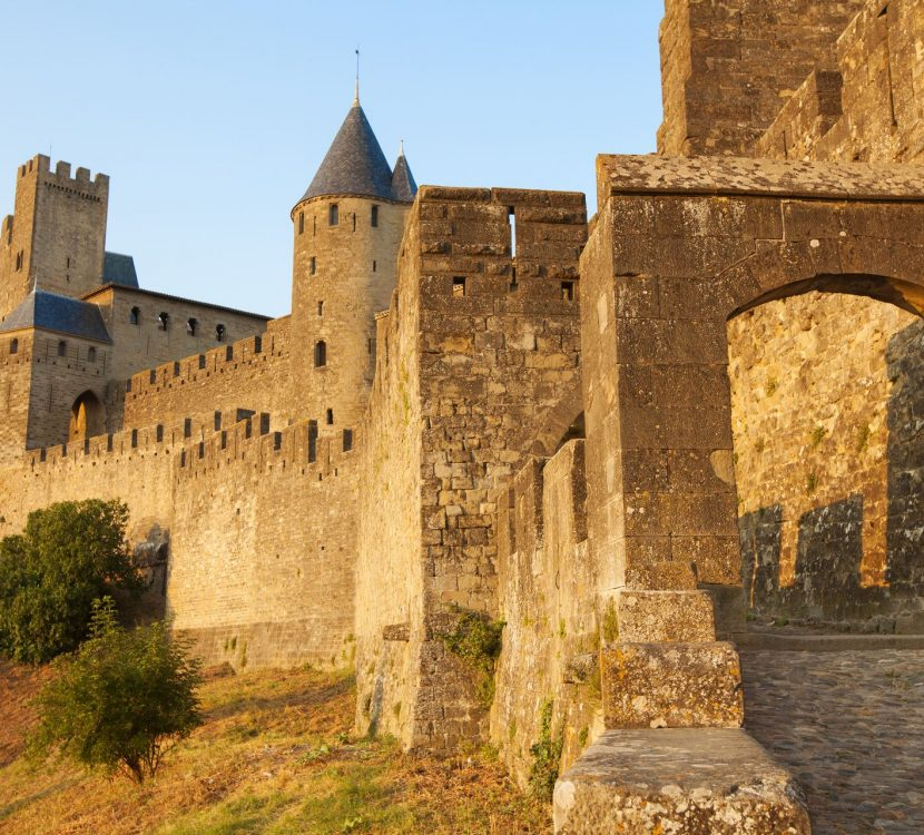Visite de la Cité de Carcassonne par la Porte d'Aude ©David Devison - Istock - ADT de l'Aude