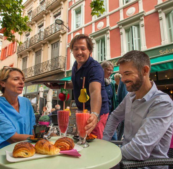 Petit déjeuner sur la place Carnot à Carcassonne ©Philippe Benoist-ADT de l'Aude
